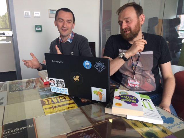 Marcin Kowalik i Marcin Puś pracują nad kursem o pozyskiwaniu klientów na ubezpieczenia poprzez social media.